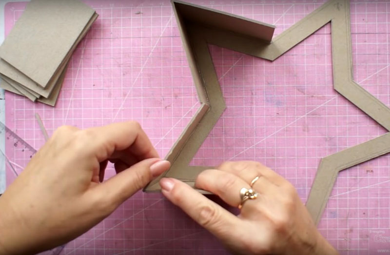 Самый сложный этап – подклейка боковых частей на лучах. Их крепят по ребру к припуску на детали без полной середины. Нужно работать на ровной поверхности, чтобы не перекосить элементы