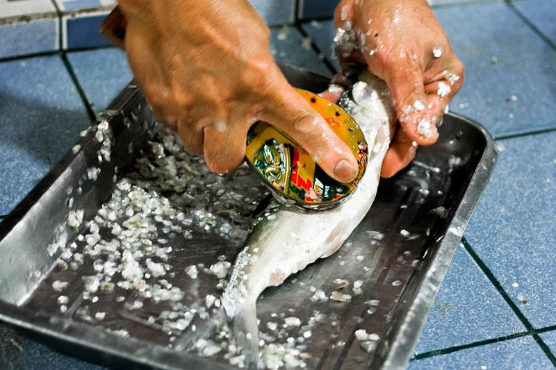 Но делайте это после приготовления основного блюда, иначе не избежать появления вездесущей чешуи