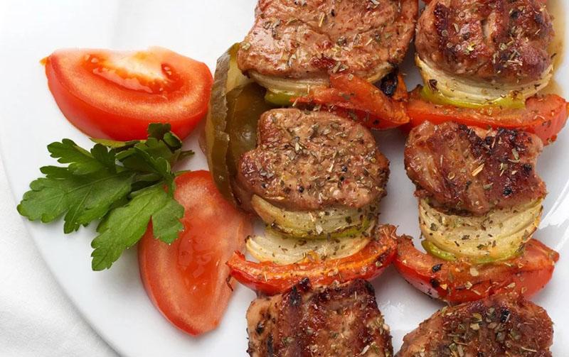 А вот при тушении мяса помидоры лучше добавить сразу, это сделает его мягче и сочнее