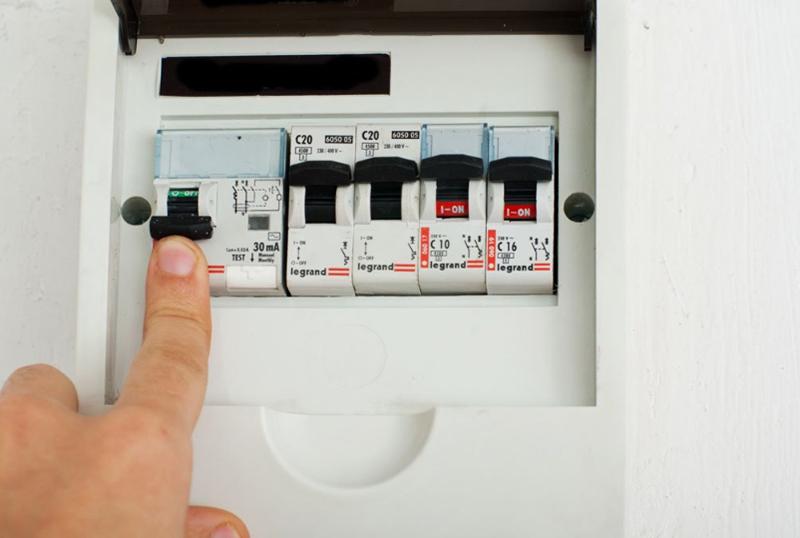 Первое и самое главное обесточьте саму розетку, лучше всего полностью выключить электричество