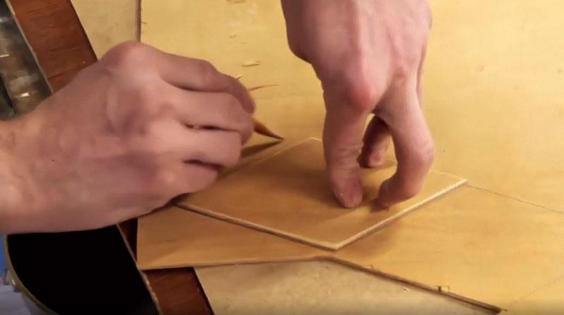 Это могут быть ромбики или овалы, главное – вырезать их аккуратно, создав некую геометрию по периметру вашего трюмо