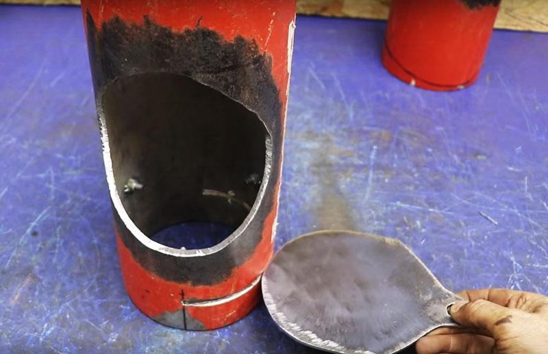 Заслонку тоже придётся изготовить самостоятельно из листа железа. Она будет вставляться в распил основной трубы сбоку, как показано на фото