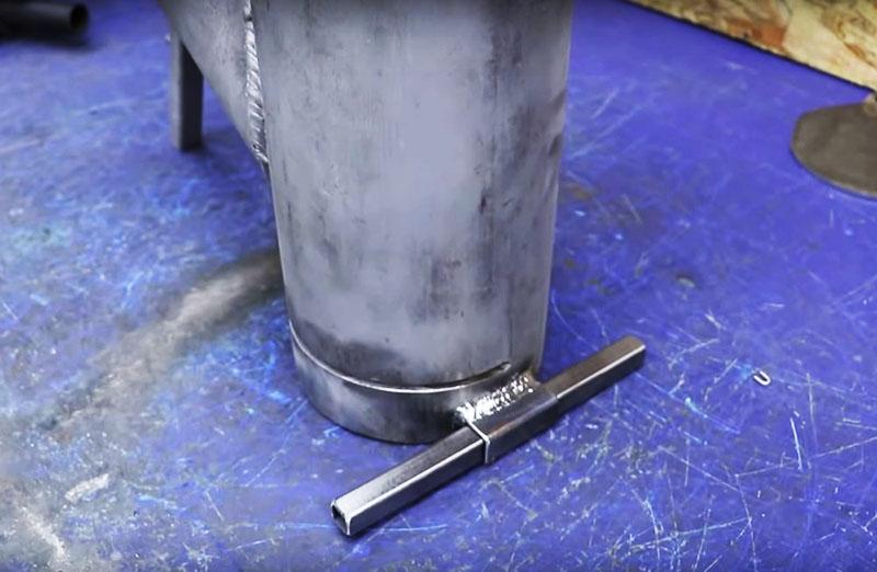 Второй упор сделан с обратной стороны основной трубы – это тот же кусок квадратной трубы, вставленный в приваренную муфту