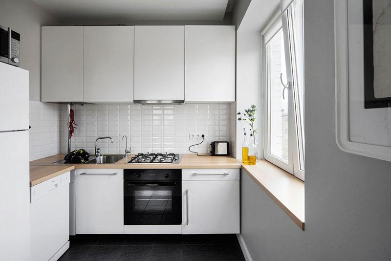 Фартук из прямоугольной белой плитки и деревянные поверхности – лучшее решение для современной кухни