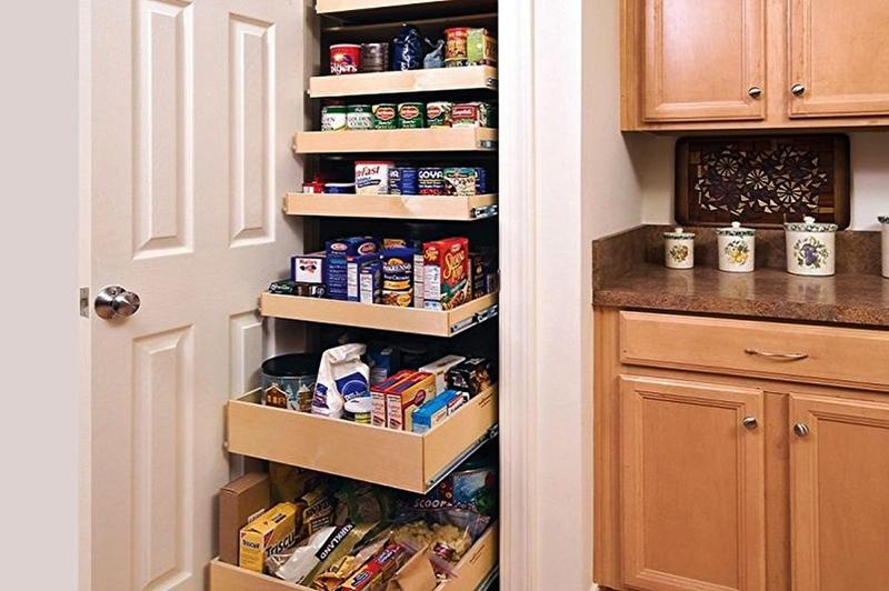 Если кладовка очень маленькая, её можно использовать для хранения продуктов