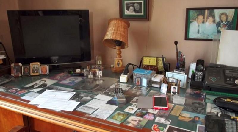 Под стеклом на рабочем столе Игорь Кириллов хранит памятные сердцу фотографии