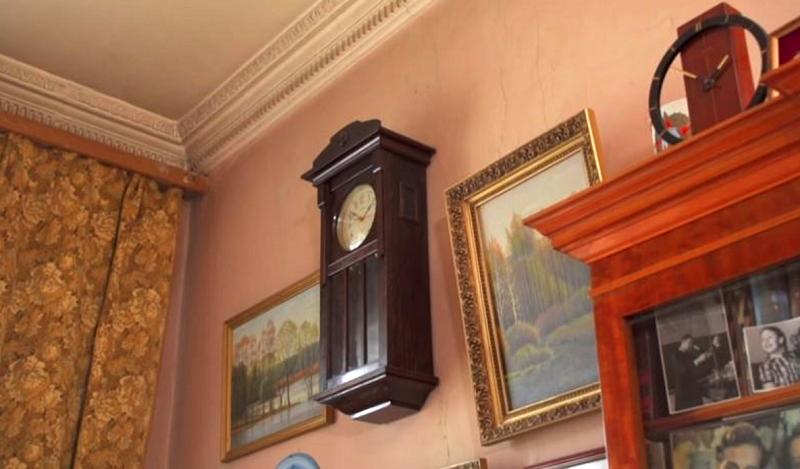 Стык между стеной и потолком оформлен лепниной