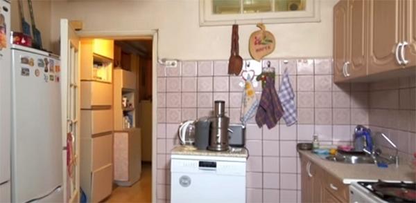 Перегородка между кухней и ванной комнатой сразу обвалилась, как только стали демонтировать плитку