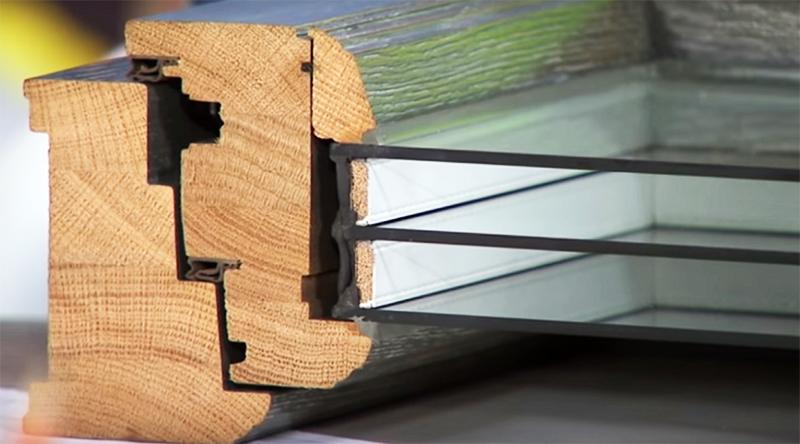 Окна, выходящие на оживлённую набережную, заменили современными усиленными деревянными стеклопакетами