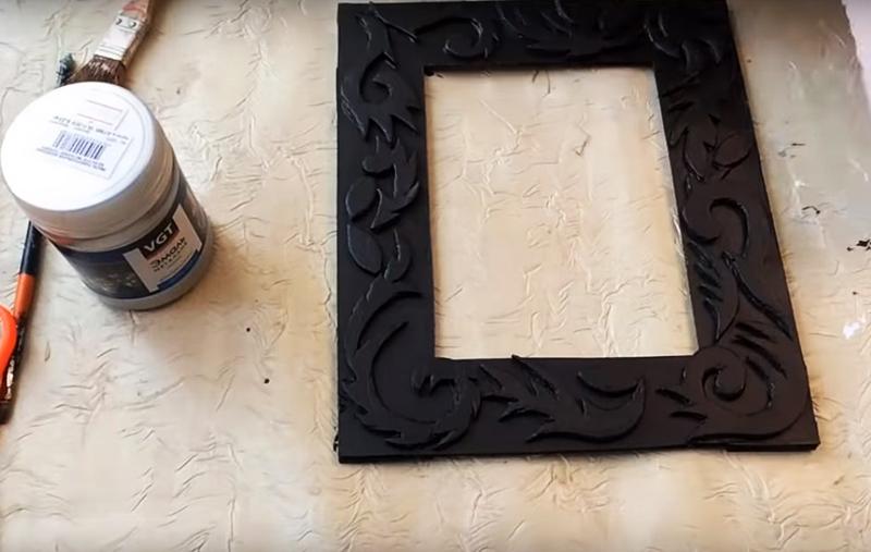 Покройте всю композицию базовой тёмной краской, как в варианте со шкатулкой