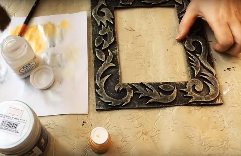 Оттените поверхность сухой кистью с бронзовым или серебристым оттенком. Можно сделать это не кистью, а поролоновой губкой