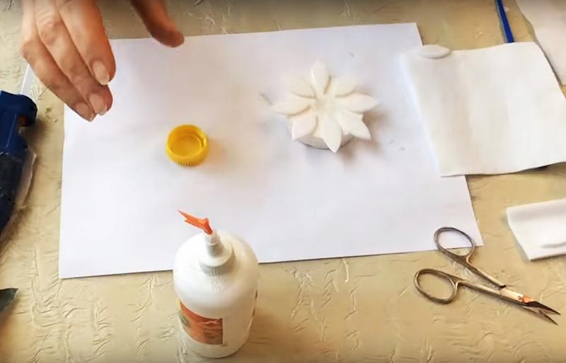 Вырежьте из пенопласта кружок и обклейте его миниатюрными деталями по кругу