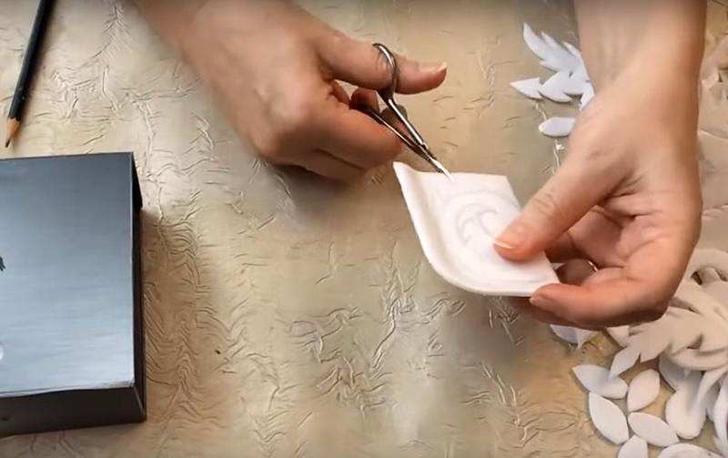 Проявите фантазию и, вооружившись ножницами для маникюра, вырежьте из тонкого пенопласта изысканные вензеля, цветы и листья. Чем сложнее получатся детали – тем лучше. Предварительно необходимо нарисовать на пенопласте контуры будущих деталей. Если не хватает фантазии, используйте шаблоны из Интернета
