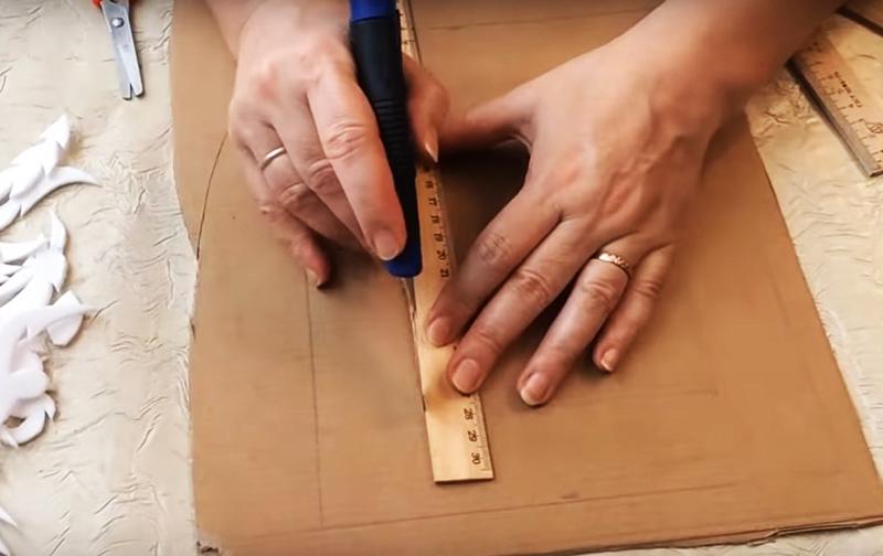 Начертите и вырежьте из тарного картона прямоугольную рамку с бортами шириной 3-5 см