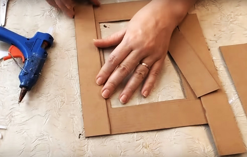 Укрепите рамку, проклеив её несколькими слоями картона. Такой многослойный материал будет очень долговечным