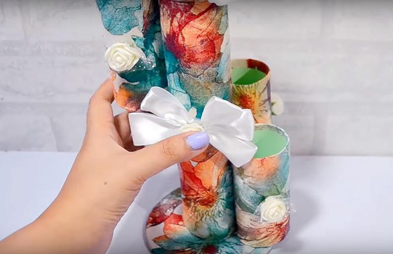 Декорируйте конструкцию по вашему вкусу цветами из такни или другими элементами