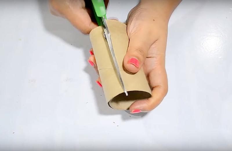 Разрежьте тубу вдоль так, чтобы развернуть её в плоскую деталь