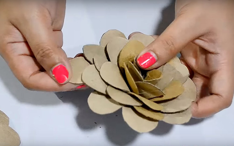 Последовательно от средины к краям приклейте лепестки так, чтобы сформировать розочку