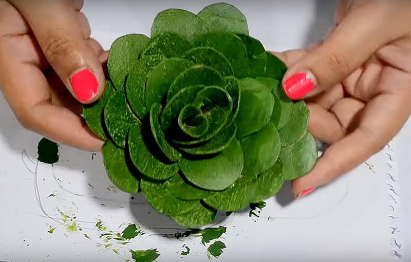 Окрасьте готовую розочку яркой зелёной краской со всех сторон, не оставляя пробелов