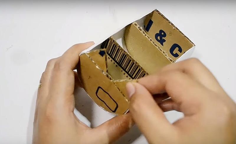 Из картона вырежьте треугольные ушки и хвостик для оформления органайзера