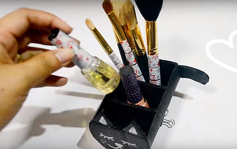 В этом органайзере можно хранить лак для ногтей или помаду. Он небольшой, и все предметы, сложенные в нём, вам будут хорошо видны