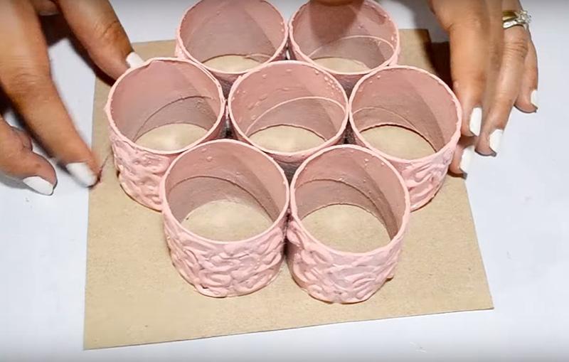 Покрасьте всю заготовку краской из баллончика. Лучше использовать акриловые составы, они почти не имеют запаха