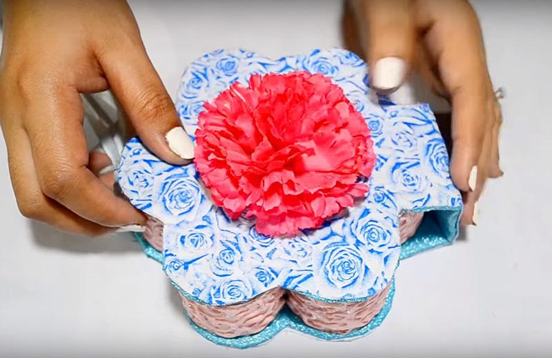 Оформите крышку нарядным цветком или бантом