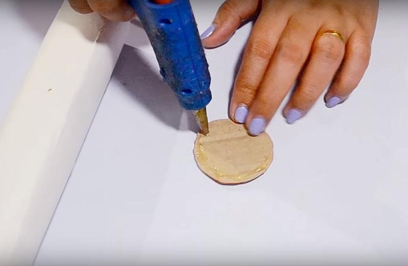 Приготовьте тубу от бумажных полотенец. Сделайте с одной стороны заглушку из кусочка картона