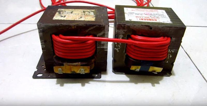 Для увеличения мощности нужно объединить вместе два трансформатора от СВЧ