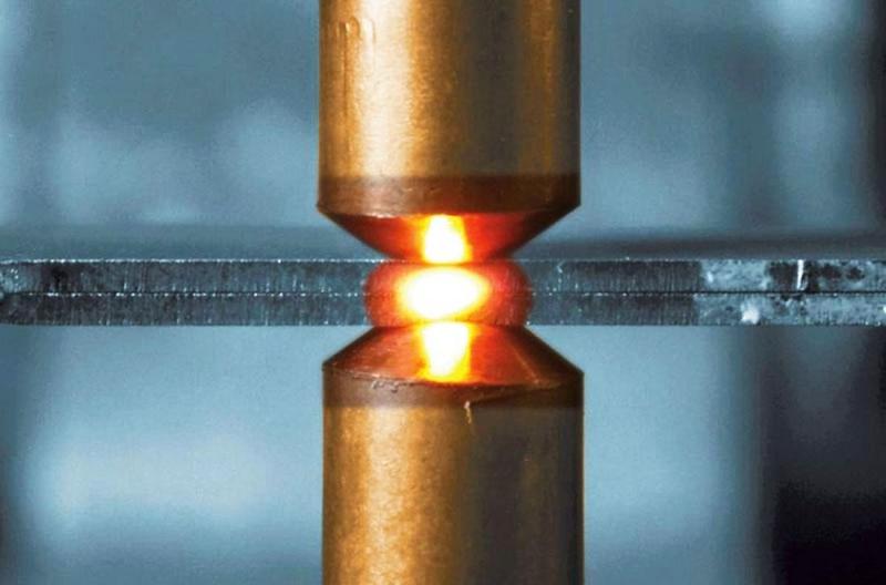 Сваривание происходит за счёт разогрева металла от проходящего через него мощного электроимпульса