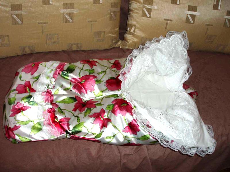 Для девочки можно сшить красивый, яркий конверт из атласной, гладкой ткани