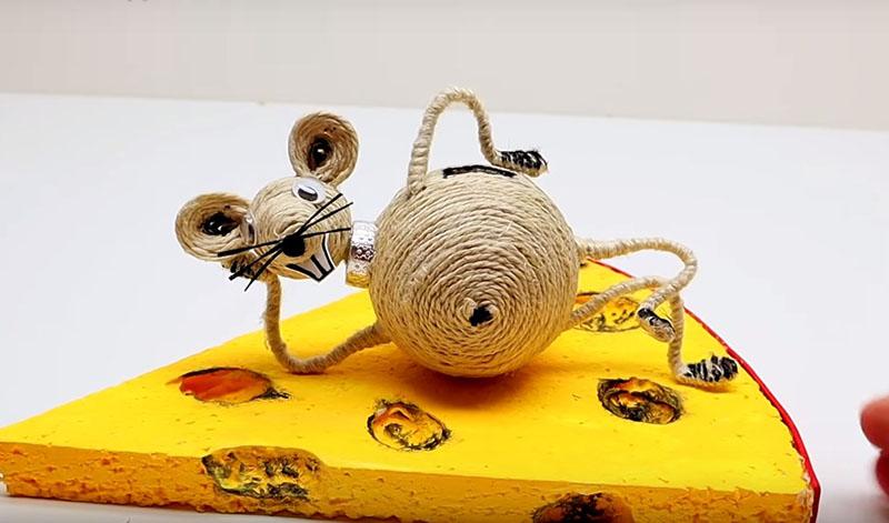 Мышь-копилка из джута своими руками