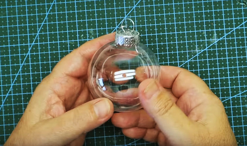 Пластиковый ёлочный шарик среднего размера станет туловищем мышонка. Не обязательно искать прозрачную игрушку, возьмите любую, цвет и окраска значения не имеют, важна только форма