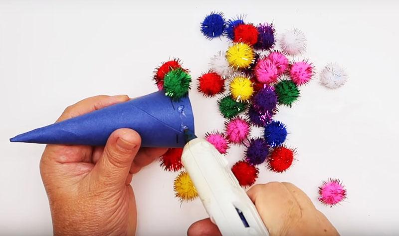 На конус наклейте мишуру, пайетки, кружева или любой другой подходящий декор