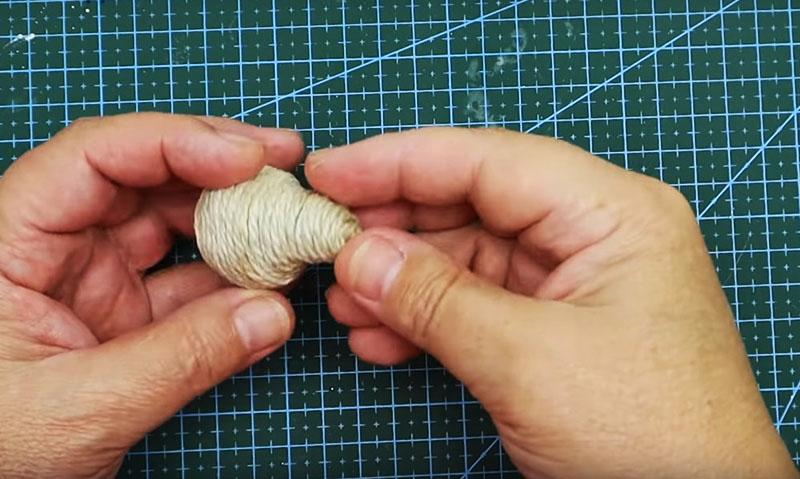 Голову мышонка тоже нужно обмотать джутом, используя для фиксации нитки клей. Накладывайте витки очень плотно, чтобы фольга не просвечивала в прорехах