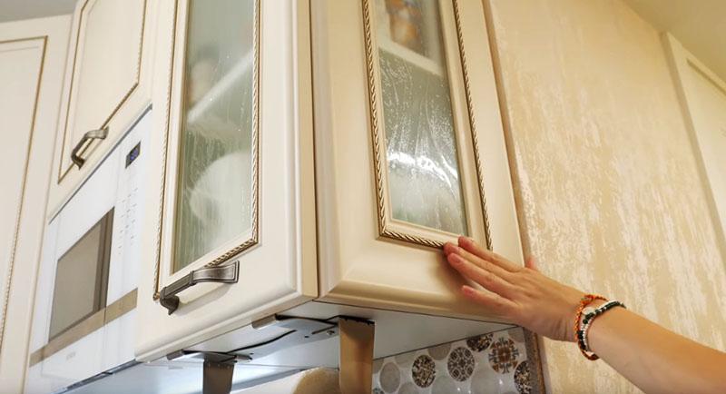 Крайний шкаф было решено изготовить с элементами прозрачного стекла, это делает кухню более воздушной, и шкаф визуально не так сильно нависает