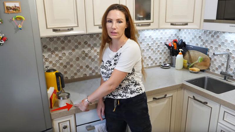 Именно такое решение было использовано Ириной при планировании кухни. Иначе, ваш холодильник будет испорчен