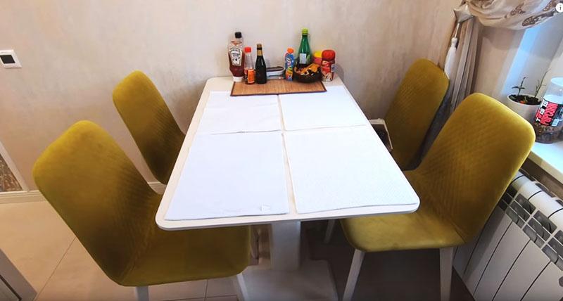 А теперь немного о столовой группе. Изначально сложно было найти вместительный стол хорошего качества