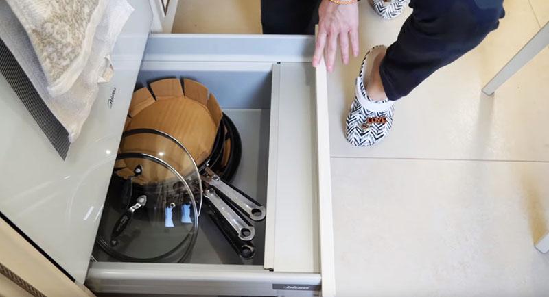 Рядом, как уже было сказано, варочная поверхность, духовка, а самое главное, вот такая выкатная система для хранения сковородок