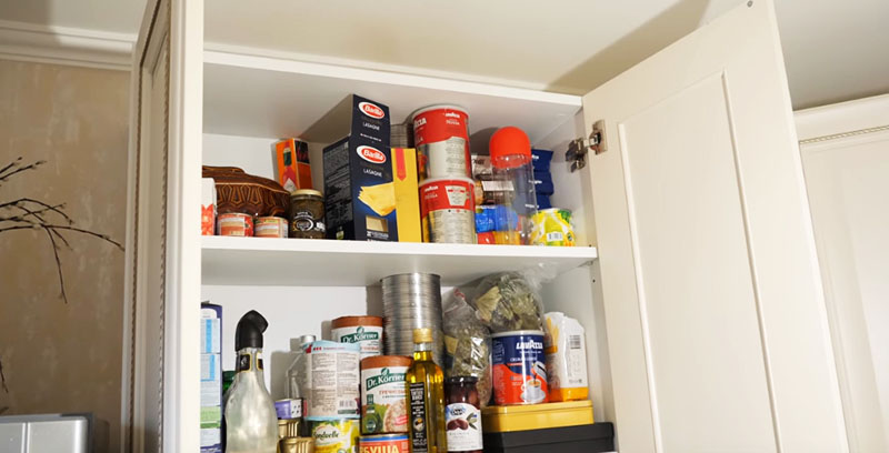 Кухонные антресоли в проекте Ирины занимают всё пространство до потолка