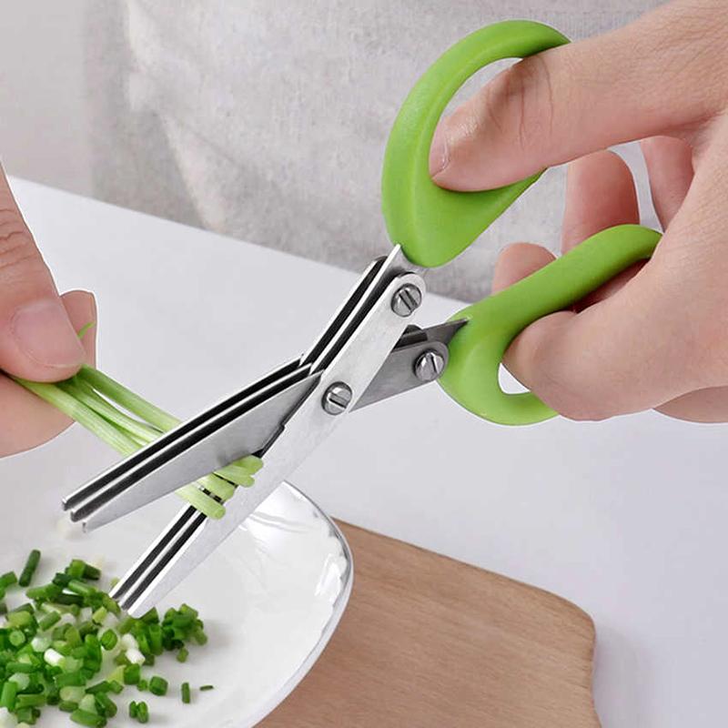 С помощью ножниц вы справитесь с зеленью аккуратно и быстро