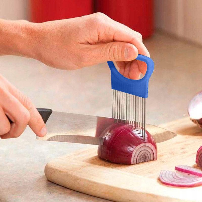 Своеобразная вилка фиксирует луковицу, и она больше не скользит