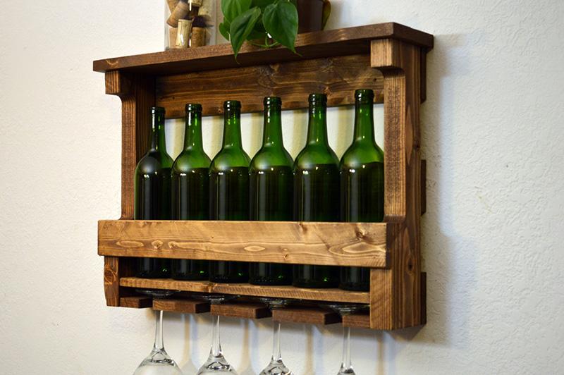 Шкаф для хранения может иметь вертикальную форму, его вешают на стену, хранят в нём бокалы и бутылки