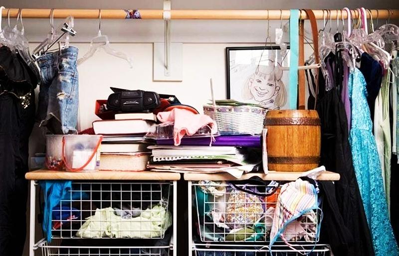 Разбирая гардероб, составьте несколько образов, а те вещи, которые не вписываются ни в один из них, отправьте в утиль или отдайте нуждающимся