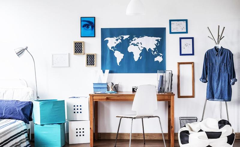 Чтобы после уборки комната не казалась пустой и безжизненной, используйте стильные аксессуары, например, повесьте на стену рамки с фотографиями