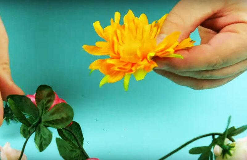 Если у цветка выпуклая сердцевина, удалите её перед тем, как покрывать гипсом. Всё остальное оставьте, как есть, даже если у цветка несколько рядов лепестков