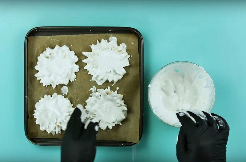 Плоские цветы лучше сушить не в подвешенном состоянии, а в горизонтальном. Положите их на поднос, покрытый бумагой для выпечки или целлофаном, и оставьте так до полного высыхания
