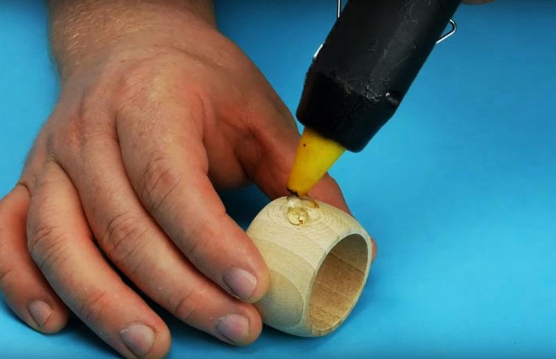 Для закрепления декора на кольце используйте тот же горячий клей или любой другой универсальный клеевой состав. В любом случае, проследите, чтобы поверхность склеиваемых деталей перед соединением была сухой и чистой