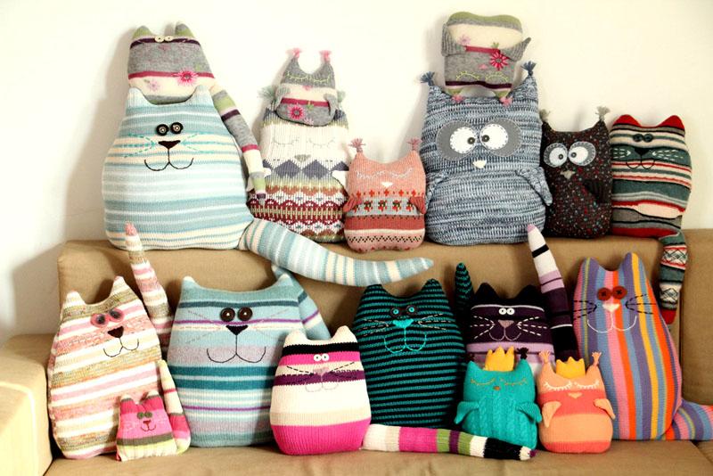 Из старых свитеров получаются вполне себе новые и современные подушки