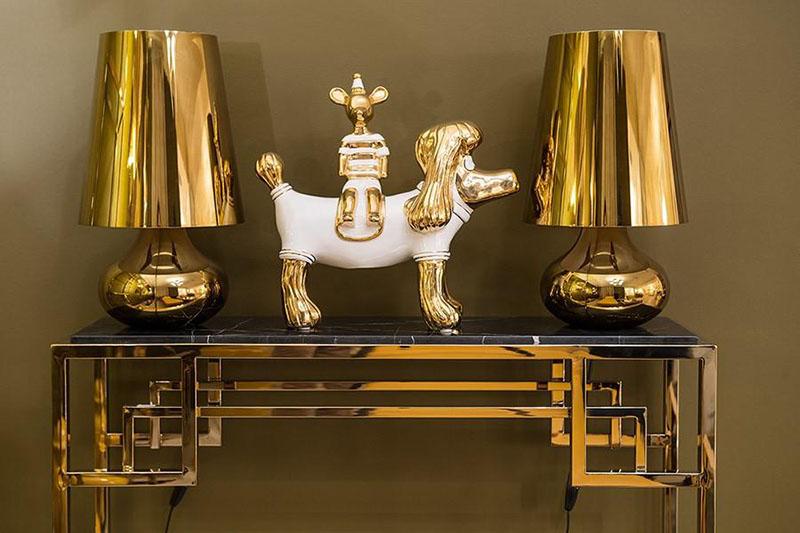 Роскошная консоль в золоте выигрышно смотрится на фоне однотонных окрашенных стен